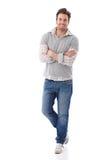 Homme confiant dans le sourire de jeans Images libres de droits