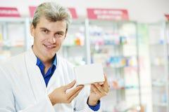 Homme confiant de chimiste de pharmacie dans la pharmacie Photo libre de droits