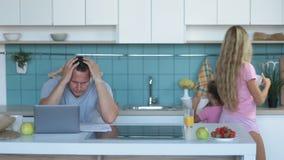 Homme confus avec l'ordinateur portable analysant à la maison des finances banque de vidéos