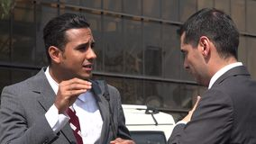 Homme confus par l'homme sourd se servant de la langue des signes clips vidéos