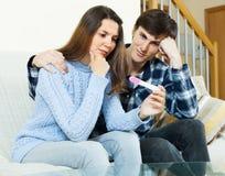 Homme consolant l'amie avec l'essai de grossesse Images libres de droits