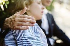 Homme consolant une amie de renversement Image stock