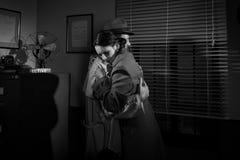Homme consolant une jeune femme dans son bureau Image libre de droits