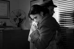 Homme consolant une jeune femme dans son bureau Photographie stock