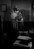 Homme consolant une jeune femme dans son bureau Images stock