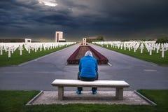 Homme contemplant dans un cimetière Images stock