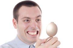 Homme contrôlant des dents dans un miroir images stock