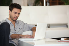 Homme contrôlant ses email images stock