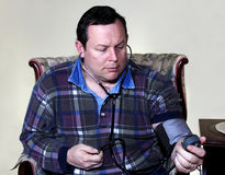 Homme contrôlant la tension artérielle Images stock