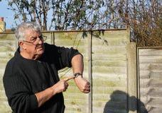 Homme contrôlant le sien montre Vous êtes en retard Image stock