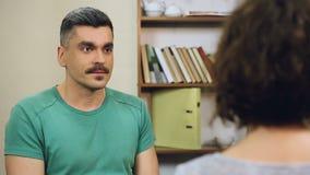 Homme contrarié criant à son collègue, prouvant son point de vue, argument clips vidéos