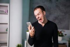 Homme contrarié fâché parlant par le téléphone, type de cri Photo libre de droits