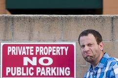 Homme contrarié mais un ` de signe de stationnement interdit de ` Image stock
