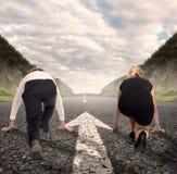Homme contre la femme sur une route Photographie stock libre de droits