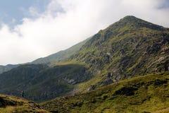 Homme contre la montagne Images libres de droits