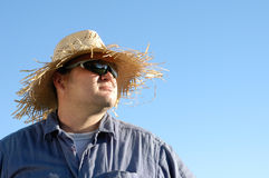 Homme contre le ciel bleu Photographie stock libre de droits