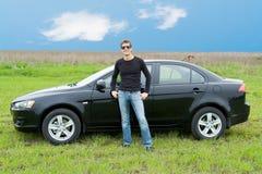 Homme contre le véhicule Photo stock