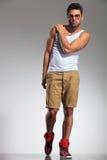 Homme convenable avec la main sur la pose d'épaule Image stock