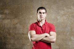 Homme convenable de jeunes posant sur le fond sale de mur Photographie stock libre de droits