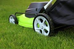 Homme coupant l'herbe avec la tondeuse à gazon photos libres de droits