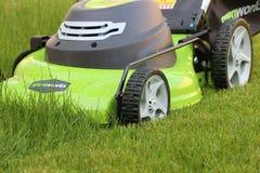 Homme coupant l'herbe avec la tondeuse à gazon images stock