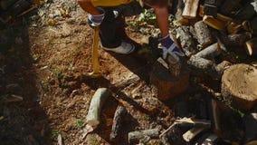 Homme coupant le bois avec une hache 01 banque de vidéos