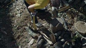 Homme coupant le bois avec une hache 06 banque de vidéos