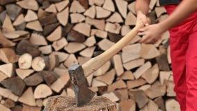 Homme coupant le bois de chauffage clips vidéos
