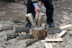 Homme coupant le bois du feu avec la tache floue de mouvement Photo stock