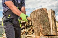 Homme coupant le bois photographie stock libre de droits