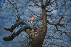 Homme coupant une branche images libres de droits
