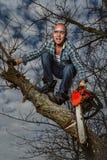 Homme coupant une branche Image libre de droits