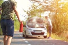 Homme courageux avec l'extincteur allant à un incident de voiture sur images stock