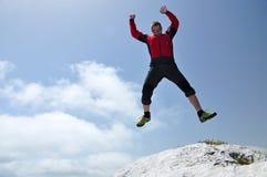 Homme courageux branchant d'une falaise Images stock