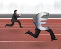 Homme courant après euro symbole d'argent Photos libres de droits