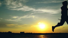 Homme courant sur la rue dans le coucher du soleil clips vidéos