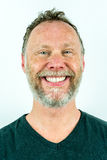 Homme couvert de taches de rousseur de sourire avec une pleine barbe dans le T-shirt noir, portrait de studio Photographie stock