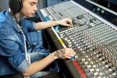 Homme créant la musique dans le studio d'enregistrement images libres de droits