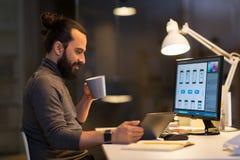 Homme créatif avec l'ordinateur fonctionnant tard au bureau Photos libres de droits