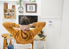 Homme créatif moderne détendant sur l'espace de travail. photo libre de droits