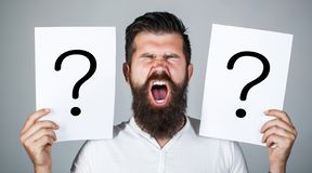 Homme criant, émotion Question d'homme Mâle avec le cri perçant d'émotion, points d'interrogation Homme criard Obtention des répo photo libre de droits