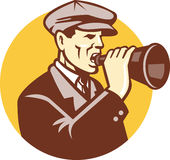 Homme criant avec le corne de brume de cru rétro Photographie stock