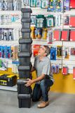 Homme criant tout en portant les boîtes à outils empilées dedans Photographie stock