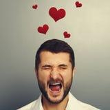 Homme criard avec les coeurs rouges Photo stock
