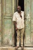 Homme cubain se tenant en porte Photographie stock libre de droits