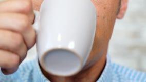 Homme cultivé de portrait prenant la pilule de médecine avec le plan rapproché de l'eau à la maison banque de vidéos