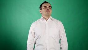 Homme déçu regardant avec le dégoût et le dédain sur le fond vert banque de vidéos