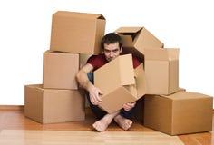 Homme débordé par les questions de déménager photographie stock