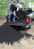 Homme déchargeant le compost Images libres de droits