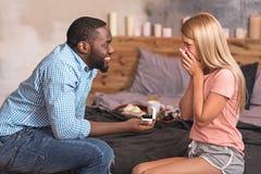 Homme décisif d'Afro-américain faisant la proposition d'engagement à son amie Images stock